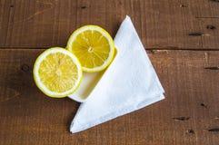 Φρέσκο juicy λεμόνι πάνω από τη σαλάτα και φρέσκος για τα ψάρια Στοκ εικόνες με δικαίωμα ελεύθερης χρήσης