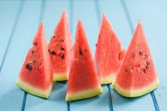 Φρέσκο juicy καρπούζι με τους σπόρους που κόβονται στα τρίγωνα στο φωτεινό β Στοκ φωτογραφία με δικαίωμα ελεύθερης χρήσης