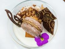 Φρέσκο mousse σοκολάτας σε ένα διαφανές φλυτζάνι, που διακοσμούνται με macaroons σοκολάτας, τις λεπτές φέτες της σοκολάτας και το Στοκ Φωτογραφία