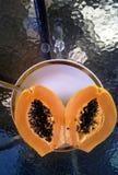 Φρέσκο papaya σε ένα άσπρο πιάτο σε έναν πίνακα ικανοποιημένο καρπού καλοκαίρι σπόρου ροδιών κόκκινο Στοκ φωτογραφίες με δικαίωμα ελεύθερης χρήσης