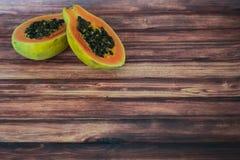 Φρέσκο Papaya στο ξύλινο υπόβαθρο Στοκ φωτογραφία με δικαίωμα ελεύθερης χρήσης
