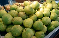 Φρέσκο pomelo στην αγορά στοκ φωτογραφία