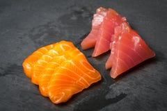 Φρέσκο Sashimi σε μια μαύρη πέτρα slatter Σολομός, γαρίδες τόνου και σάλτσα σόγιας ιαπωνικός παραδοσιακός κουζίνας Στοκ Φωτογραφίες