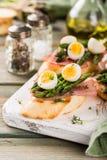 Φρέσκο sendwich με τα αυγά ζαμπόν, σπαραγγιού και ορτυκιών Στοκ φωτογραφία με δικαίωμα ελεύθερης χρήσης