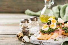 Φρέσκο sendwich με τα αυγά ζαμπόν, σπαραγγιού και ορτυκιών Στοκ εικόνες με δικαίωμα ελεύθερης χρήσης
