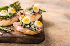 Φρέσκο sendwich με τα αυγά ζαμπόν, σπαραγγιού και ορτυκιών Στοκ Εικόνες