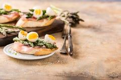 Φρέσκο sendwich με τα αυγά ζαμπόν, σπαραγγιού και ορτυκιών Στοκ Φωτογραφίες