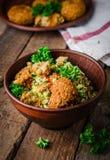 Φρέσκο tabbouleh με το falafel - μια Μεσο-Ανατολική σαλάτα στο ξύλινο υπόβαθρο Εκλεκτική εστίαση εικόνα που τονίζεται Τρόφιμα Ram Στοκ Εικόνες