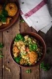 Φρέσκο tabbouleh με το falafel - μια Μεσο-Ανατολική σαλάτα στο ξύλινο υπόβαθρο Εκλεκτική εστίαση εικόνα που τονίζεται Τρόφιμα Ram Στοκ φωτογραφία με δικαίωμα ελεύθερης χρήσης