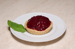 Φρέσκο tartlet ή κέικ μούρων που γεμίζουν με την κρέμα Στοκ εικόνα με δικαίωμα ελεύθερης χρήσης