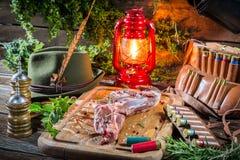 Φρέσκο venison που προετοιμάζεται για το ψήσιμο στον κυνηγό κατοικεί Στοκ Εικόνες