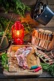 Φρέσκο venison που προετοιμάζεται για το ψήσιμο στο δασοφύλακα κατοικεί Στοκ Εικόνες