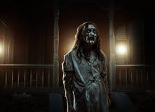Φρίκη zombie κοντά στο εγκαταλειμμένο σπίτι αποκριές στοκ φωτογραφία με δικαίωμα ελεύθερης χρήσης