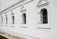 Φραγμένα παράθυρα στον άσπρο τουβλότοιχο Στοκ Εικόνες