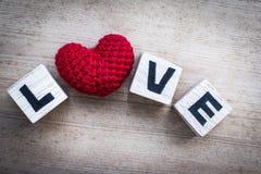 Φραγμοί αλφάβητου και κόκκινο διαμορφωμένο καρδιά μετάξι Στοκ Φωτογραφίες