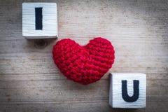 Φραγμοί αλφάβητου και κόκκινο διαμορφωμένο καρδιά μετάξι Στοκ Εικόνες
