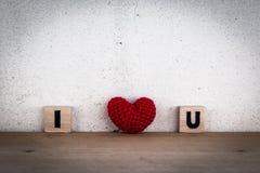 Φραγμοί αλφάβητου και κόκκινο διαμορφωμένο καρδιά μετάξι Στοκ εικόνες με δικαίωμα ελεύθερης χρήσης