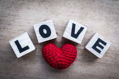 Φραγμοί αλφάβητου και κόκκινο διαμορφωμένο καρδιά μετάξι Στοκ φωτογραφία με δικαίωμα ελεύθερης χρήσης