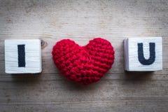 Φραγμοί αλφάβητου και κόκκινο διαμορφωμένο καρδιά μετάξι Στοκ Φωτογραφία
