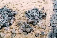 Φραγμοί γρανίτη κυβόλινθων στην πορεία άμμου Κατασκευή του δρόμου με τις λεπτομέρειες Στοκ εικόνα με δικαίωμα ελεύθερης χρήσης
