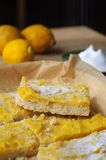 Φραγμοί λεμονιών Shortcrust στο άσπρο πιάτο Στοκ Φωτογραφίες