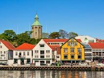 Φραγμοί, εστιατόρια και πύργος Valberg στο λιμάνι του Stavanger στοκ εικόνες με δικαίωμα ελεύθερης χρήσης