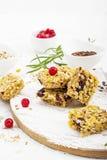 Φραγμοί δημητριακών με τα κόκκινα μούρα, μέλι για ένα υγιές πρόχειρο φαγητό σε ένα ελαφρύ υπόβαθρο με τους σπόρους λιναριού, σουσ Στοκ εικόνα με δικαίωμα ελεύθερης χρήσης