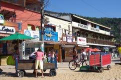 Φραγμοί και εστιατόρια στην παραλία στοκ φωτογραφίες