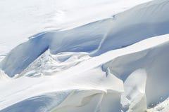 Φραγμοί πάγου και ιδιότροπα snowdrifts χειμερινό ηλιόλουστο ημερησίως Στοκ φωτογραφίες με δικαίωμα ελεύθερης χρήσης
