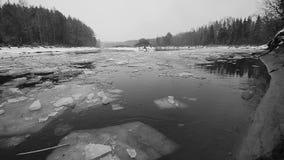 Φραγμοί πάγου που κινούνται στον ποταμό απόθεμα βίντεο