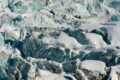 Φραγμοί πάγου ροής παγετώνων και crevasses χιονισμένος το χειμώνα Στοκ Φωτογραφία