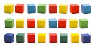 Φραγμοί παιχνιδιών, ξύλινα τούβλα κύβων, χρωματισμένα ξύλινα κυβικά κιβώτια καθορισμένα Στοκ φωτογραφία με δικαίωμα ελεύθερης χρήσης