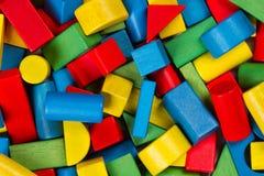 Φραγμοί παιχνιδιών, πολύχρωμα ξύλινα τούβλα οικοδόμησης, σωρός ζωηρόχρωμου