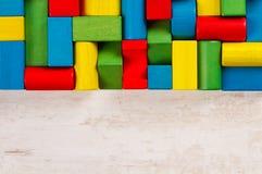 Φραγμοί παιχνιδιών, πολύχρωμα ξύλινα τούβλα, ομάδα ζωηρόχρωμου buildin Στοκ Εικόνες
