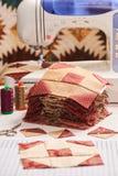Φραγμοί παπλωμάτων που ράβουν με μια ηλεκτρική ράβοντας μηχανή Στοκ Φωτογραφία