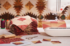 Φραγμοί παπλωμάτων που ράβουν με μια ηλεκτρική ράβοντας μηχανή Στοκ φωτογραφία με δικαίωμα ελεύθερης χρήσης