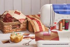 Φραγμοί παπλωμάτων που ράβουν με μια ηλεκτρική ράβοντας μηχανή Στοκ φωτογραφίες με δικαίωμα ελεύθερης χρήσης