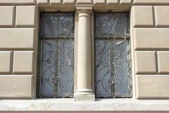 Φραγμοί παραθύρων με παλαιό Στοκ εικόνα με δικαίωμα ελεύθερης χρήσης