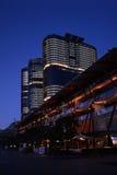Φραγμοί πύργων οριζόντων πόλεων του Σίδνεϊ Αυστραλία τη νύχτα Στοκ φωτογραφία με δικαίωμα ελεύθερης χρήσης
