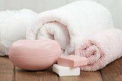 Φραγμοί σαπουνιών, πετσέτες, Wisps Εξάρτηση προσοχής σώματος Στοκ εικόνες με δικαίωμα ελεύθερης χρήσης