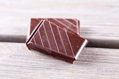 Φραγμοί σοκολάτας πέρα από τον ξύλινο πίνακα Στοκ φωτογραφία με δικαίωμα ελεύθερης χρήσης