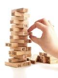 Φραγμοί του jenga παιχνιδιών στο άσπρο υπόβαθρο Κάθετο σύνολο πύργων και στο παιχνίδι Ξύλινοι φραγμοί στο σωρό με το ψηφίο αριθμώ Στοκ Φωτογραφία