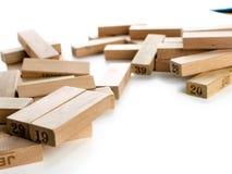 Φραγμοί του jenga παιχνιδιών στο άσπρο υπόβαθρο Κάθετο σύνολο πύργων και στο παιχνίδι Ξύλινοι φραγμοί στο σωρό με το ψηφίο αριθμώ Στοκ Φωτογραφίες