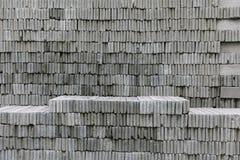 Φραγμοί τούβλου κατασκευής που συσσωρεύονται σε έναν τοίχο Στοκ Φωτογραφίες