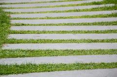 Φραγμοί τσιμέντου στην πράσινη χλόη Στοκ φωτογραφία με δικαίωμα ελεύθερης χρήσης