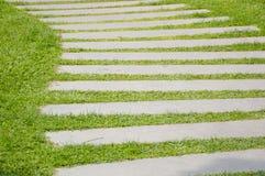 Φραγμοί τσιμέντου στην πράσινη χλόη Στοκ φωτογραφίες με δικαίωμα ελεύθερης χρήσης