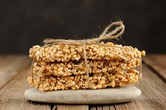 Φραγμοί granola κριθαριού στο σωρό στη μακροεντολή κινηματογραφήσεων σε πρώτο πλάνο βράχου Στοκ εικόνα με δικαίωμα ελεύθερης χρήσης