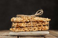 Φραγμοί granola κριθαριού στο σωρό στη μακροεντολή κινηματογραφήσεων σε πρώτο πλάνο βράχου Στοκ Εικόνα