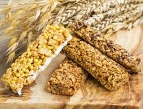 Φραγμοί Granola Υγιείς φραγμοί πρόχειρων φαγητών καρυδιών και δημητριακών πρωτεϊνικοί Στοκ Εικόνα