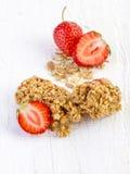 Φραγμοί Muesli με τη φρέσκια φράουλα Στοκ φωτογραφία με δικαίωμα ελεύθερης χρήσης
